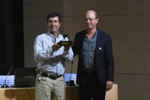 """Abelardo Aparicio (izq.) recibe el """"Corzo de Bronce"""" de manos del presidente de la SGHN Francisco Hortas."""